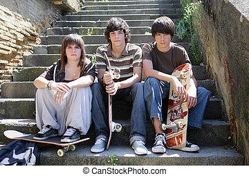 adolescent, skateboarders, étapes, trois, assis