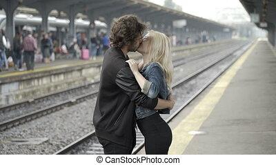 adolescent, souffler, très, couple, baisers, étreindre, attente, gare, ferroviaire, passionné, voyage, avant