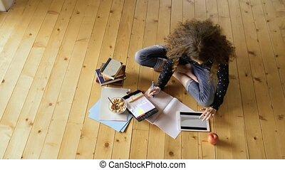adolescent, tablette, séance, étudier, plancher, girl