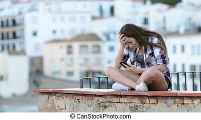 adolescent, texte, après, triste, téléphone, pleurer, lecture