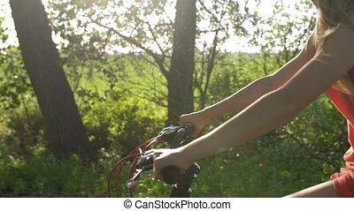 adolescent, vélo, closeup, pendant, coucher soleil, girl