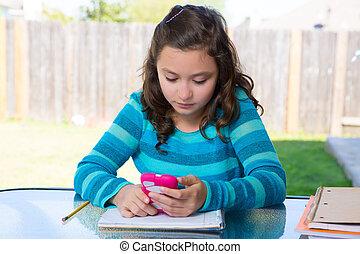 adolescente, à, smartphone, faire, devoirs