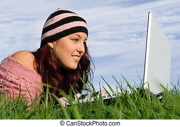 adolescente, al aire libre, en, internet, con, wifi,...