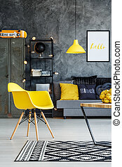 adolescente, cadeira, sala, amarela