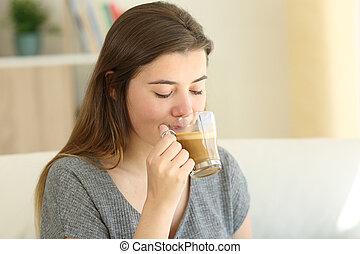 adolescente, caffè bevente, con, latte, a casa