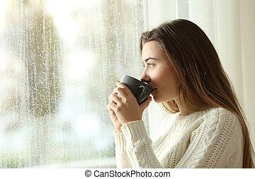 adolescente, caffè bevente, guardando attraverso, uno, finestra, uno, giorno piovoso
