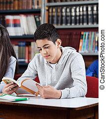 adolescente, colegial, libro de lectura, en, biblioteca
