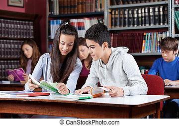 adolescente, compañeros de clase, libro de lectura, en, biblioteca