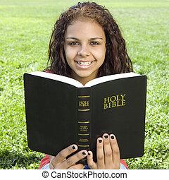 adolescente, con, bibbia, parco