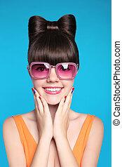 adolescente, divertente, moda, occhiali da sole, ragazza, acconciatura, il portare, blu, isolato, arco, fondo., rosa, modello, sorridere felice