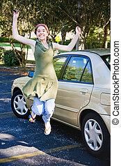 adolescente, driver, saltando gioia