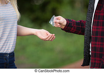 adolescente, drogas, pátio recreio, menina, negociante, comprando