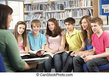 adolescente, estudiantes, en, biblioteca, lectura, libros, con, tutor