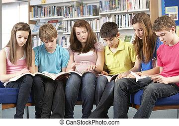 adolescente, estudiantes, en, biblioteca, lectura, libros