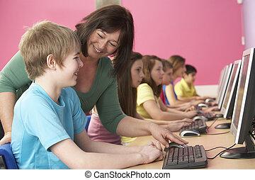 adolescente, estudiantes, en, clasifica, utilizar, computadoras, en, aula, con, tutor