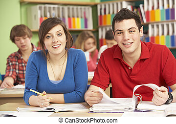 adolescente, estudiantes, estudiar, en, aula