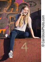 adolescente, falando, telefone móvel, pátio recreio, menina