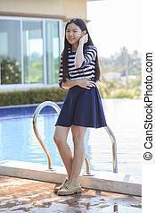 adolescente, ficar, relaxe, piscina, idade, rosto, asiático, lar retrato, sorrindo, natação, emoção, feliz