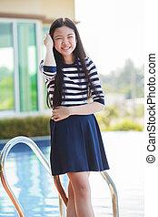 adolescente, ficar, swiming, relaxe, piscina, idade, rosto, asiático, lar retrato, sorrindo, emoção, feliz