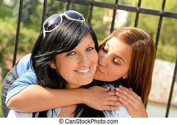 adolescente, filha, dela, mãe, ao ar livre, beijando, feliz