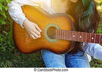 adolescente, gioco, donna, giardino, canzone, parco, scrittura, chitarra, fondo., acustico, musica, cultura, mani, closeup, ragazza, gioco, o