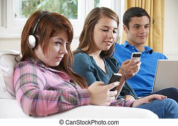 adolescente, gruppo, amici, digitale, usando, casa, tecnologia