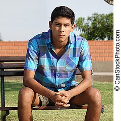 adolescente, hispânico, menino sentando
