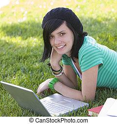 adolescente, laptop, erba, felice