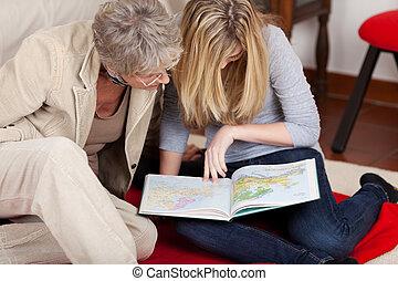 adolescente, lei, nonna, mappe, lettura ragazza