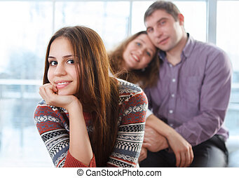 adolescente, lei, seduta, genitori, fronte, ragazza sorridente