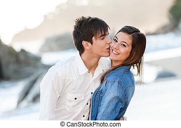 adolescente, lindo, pareja, playa., amor