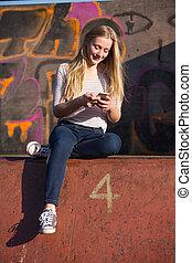 adolescente, móvel, texting, telefone, pátio recreio, menina