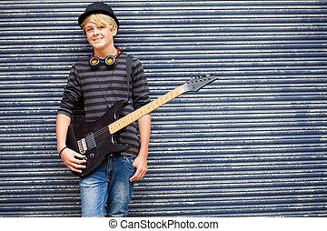 adolescente, músico, retrato, com, guitarra, ao ar livre