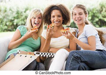 adolescente, mangiare, seduta, ragazze, insieme, divano, pizza