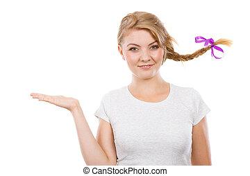 adolescente, mano, pelo, presentación, niña, trenza, feliz