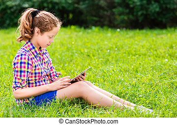adolescente, menina, com, tablete digital