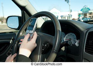 adolescente, mientras, texting, conducción, mano
