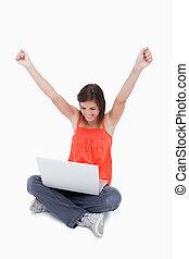 adolescente, mostrando, dela, satisfação, atrás de, dela, laptop, enquanto, passa