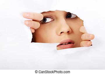 adolescente, mujer, pipiando, papel, por, agujero