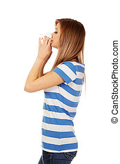 adolescente, mulher, com, alergia, ou, gelado, nariz soprando