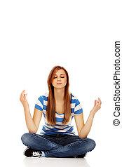 adolescente, mulher, meditação, chão