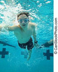 adolescente, natación del freestyle