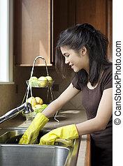adolescente niña, lavar platos, en, fregadero