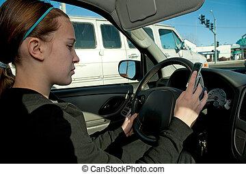 adolescente niña, texting, mientras, conducción