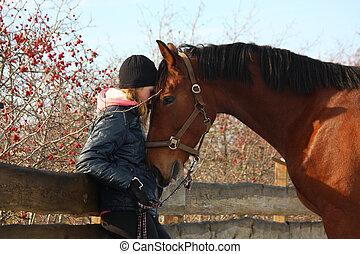 adolescente, niña, y, caballo de la bahía, abrazar, uno al...