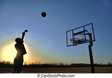 adolescente niño, disparando, baloncesto, silueta
