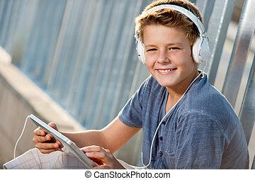 adolescente niño, tablet., arriba, retrato, cierre