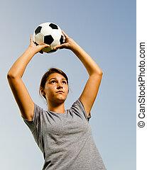 adolescente, palla, lancio, mentre, ragazza, calcio, gioco