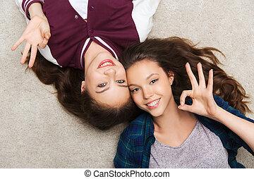 adolescente, pavimento, ragazze, carino, sorridente, dire bugie, felice
