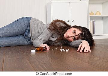 adolescente, piso, deprimido, niña, píldoras, acostado